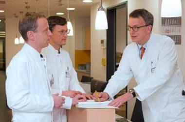 Prof. Kleeff, Prof. Rosendahl und Prof. Michl bei der Besprechung eines Patienten (v.l.n.r.)